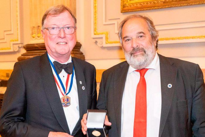Profesor Roger Frank (ex presidente de la SSMGE) recibe importante premio
