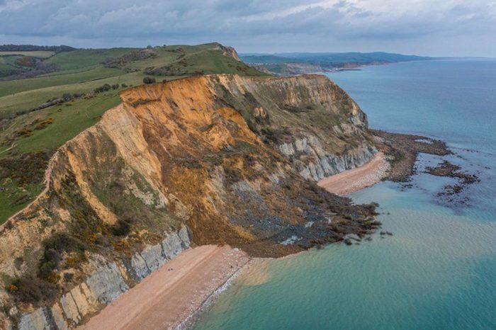 Impresionante deslizamiento en costa sur de Inglaterra